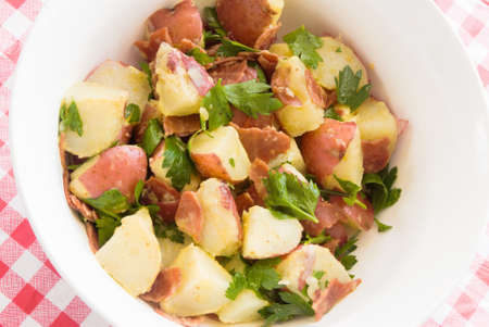 turkey bacon: insalata di patate e mangiare sano. Realizzato con patate novelle, tacchino pancetta, prezzemolo e olio d'oliva.