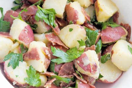 turkey bacon: salutare insalata di patate fatta con il tacchino pancetta, olio d'oliva, aceto di vino rosso, senape di Digione, e piatto foglia di prezzemolo. Archivio Fotografico
