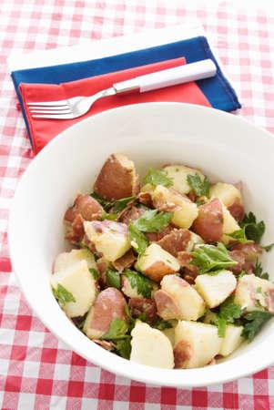 turkey bacon: insalata di patate fatta con patate, pancetta, tacchino e italiana Prezzemolo Foglia con una vinaigrette fresca. Rosso bianco e blu tema.