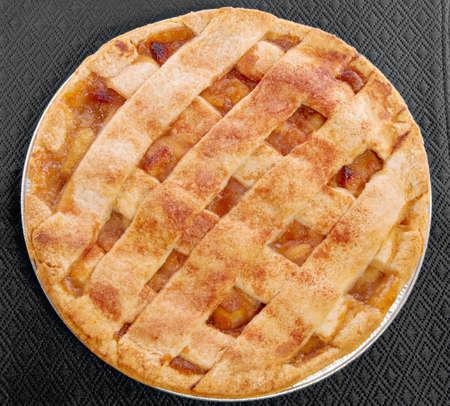 pastel de manzana: tarta de manzana servido en un mantel negro.