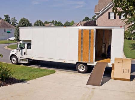 camión: movimiento de camiones tiene un mont�n de espacio de la copia para el texto o las im�genes a la derecha en el lado de la camioneta.