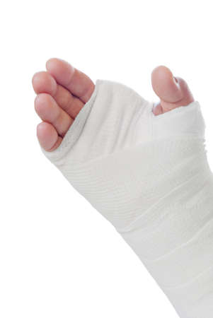 broken wrist: f�rula m�dica en la mano derecha del hombre. Aislado en blanco. El hombre tiene una fractura en la mu�eca.