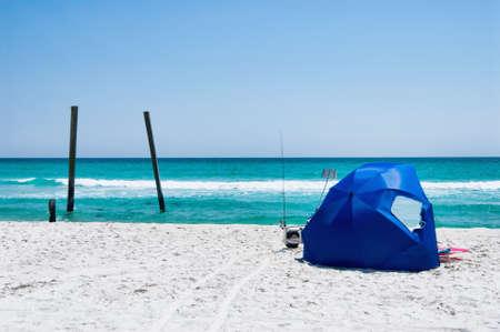 panama city beach: Campo Helen State Park molo di Panama City Beach in Florida. C'� una spiaggia tenda allestito nella sabbia bianca con canne da pesca bloccato in spiaggia per pesca surf. La Costa Smeralda � un ricercato luogo di viaggio nel sud degli Stati Uniti. Archivio Fotografico