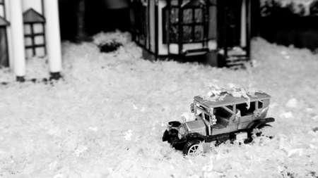 Auto giocattolo classico sotto la neve finta Archivio Fotografico - 34513534