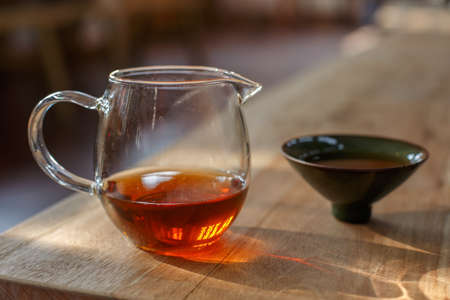 bodegones: Una taza de t� de Pu'er roja y una taza de t� celad�n, sobre la mesa de madera, Foto de archivo