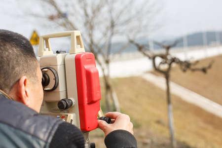 topografo: ingeniero top�grafo haciendo medida en el campo Foto de archivo