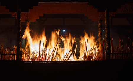 incienso: incienso en la quema del templo