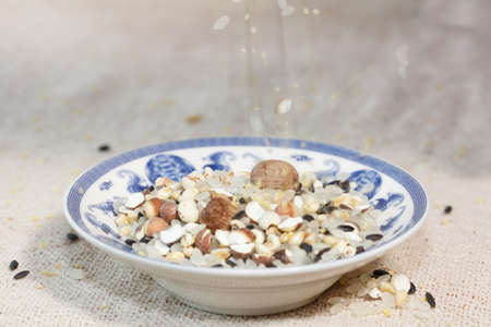 alimentation: The blue and white porcelain plate with all kinds of grain