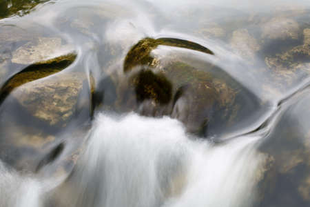 Water flowing in the stream Imagens