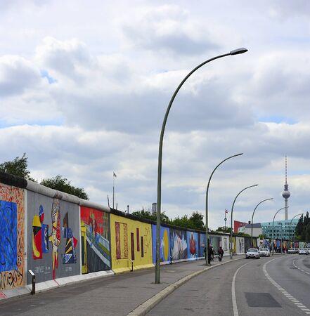 Berlin East Side Gallery in Friedrichshain, East Side Gallery = letztes Stück Mauerest das von verschiedenen Künstler bemalt wurde