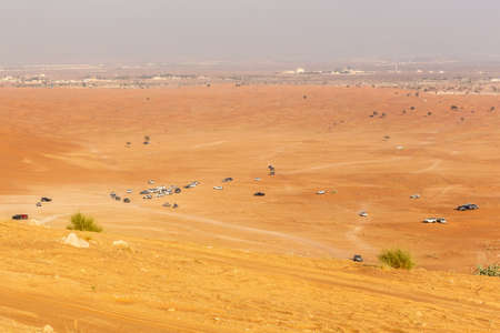 Many 4x4 cars parked in the desert before dune bashing safari in Fossil Rock area, Sharjah, UAE. Foto de archivo
