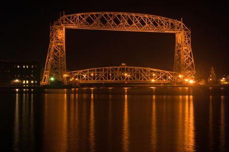 밤에 호수 우수한에 덜 루스에 aeriel 리프트 다리 스톡 콘텐츠 - 5486732