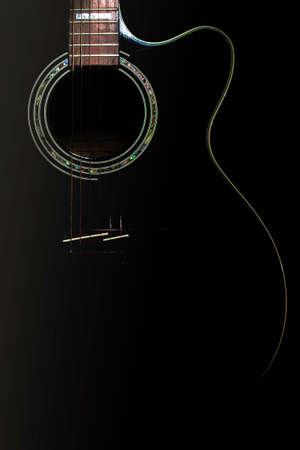 Kurven eines schwarzen Körpers Gitarre leuchtet Standard-Bild