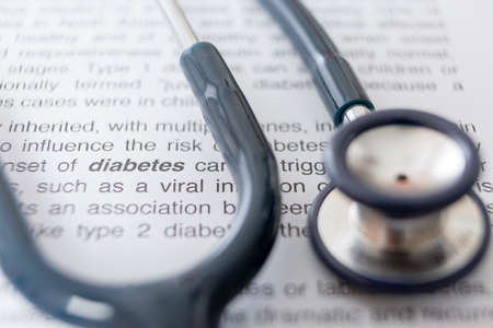 Nahaufnahme der Definition von Diabetes und einem Stethoskop Hervorhebung der Diabetes Wort - Fokus auf Diabetes Wort