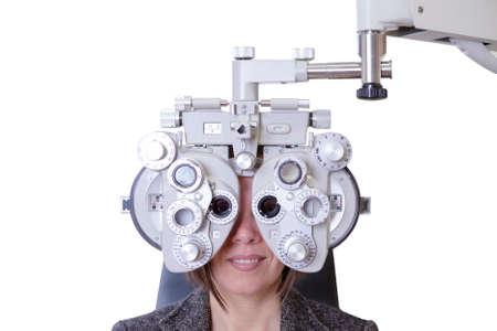 Nahaufnahme des Sehvermögens Messung auf eine junge Frau mit einem optischen Phoropter - Fokus auf die Phoropter Zentrum