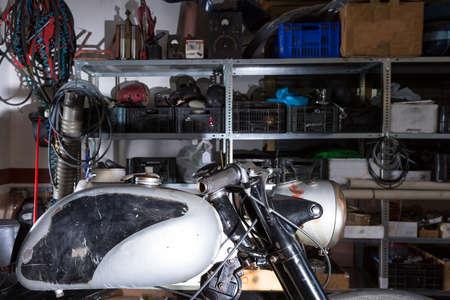 tanque de combustible: detalle del dep�sito de combustible de una moto cl�sica listo para ser restaurada en un taller de reparaci�n de motocicletas - se centran en el mango Foto de archivo