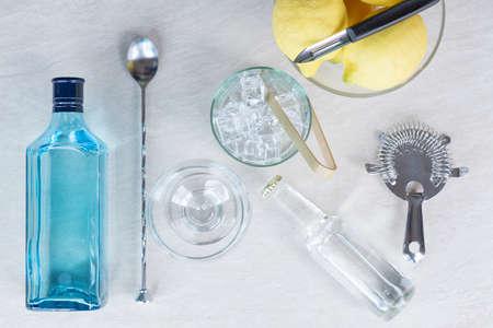 bovenaanzicht van de noodzakelijke elementen om een perfecte gin-tonic cocktail te bereiden - nuttig als achtergrond - focus op het ijs emmer