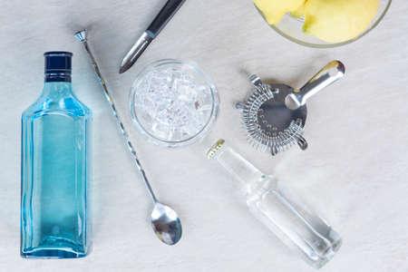 auf den Eiswürfeln Fokus - Draufsicht auf die notwendigen Elemente, um eine perfekte Gin Tonic Cocktail vorbereiten - nützlich als Hintergrund