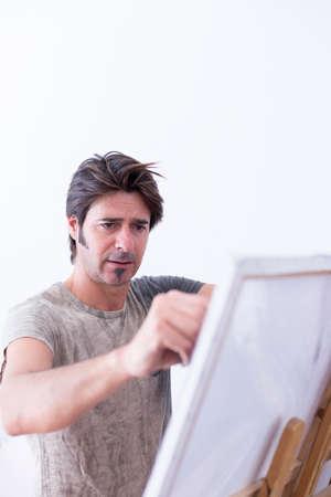 konzentrierte man Gemälde auf Leinwand mit Kreide auf seine Malerei Studio - Fokus auf das rechte Auge