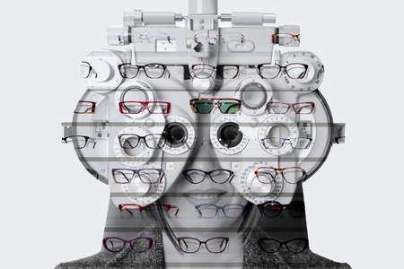 expositor: doble exposici�n de una medici�n de la vista de una mujer con una for�ptero y un expositor de gafas Foto de archivo