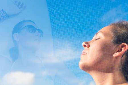 fresh air: doppia esposizione di una donna respirare aria fresca in una posa sognante e poggiante su un bordo piscina su sfondo