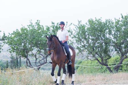 cavallo che salta: giovane � a cavallo in campagna - focus sul volto Archivio Fotografico
