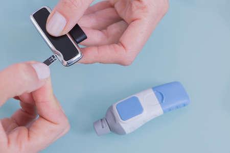 pacjent: Womans rąk z aparatury medycznej dla chorych na cukrzycę.
