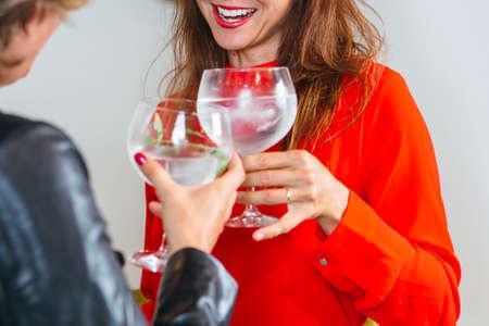 Crop gesichtslosen Frauen Cocktailgläser klirren und lachen.