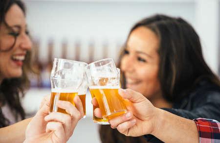 Close-up der Jubel Gläser und zwei lächelnde Frauen im Hintergrund
