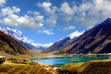 Beautiful view of mountainous lake Saiful Muluk in Naran Valley, Mansehra District, Khyber-Pakhtunkhwa, Northern Areas of Pakistan Stock Photo