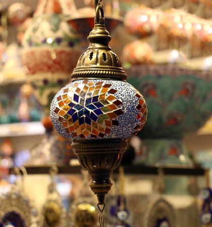 Traditionele heldere decoratieve hangende Turkse lampen en kleurrijke lichten met levendige kleuren in de Bazaar van Istanboel, Turkije Stockfoto