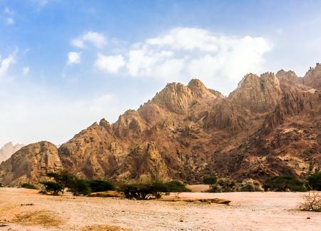 乾燥した岩山が特徴のサウジアラビアの風景