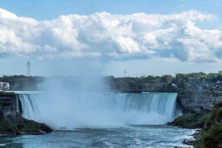 Horseshoe Falls, también conocida como Canadian Falls en un día de verano, es la más grande de las tres cascadas que forman colectivamente las Cataratas del Niágara en el río Niágara a lo largo de Canadá-Estados Unidos.