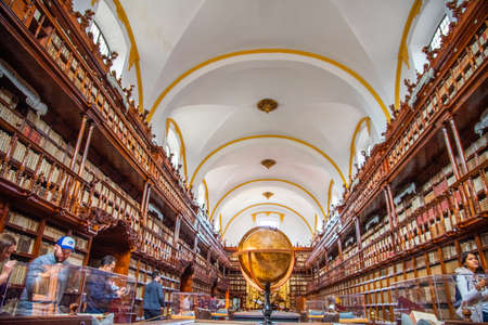 Palafoxiana library of Puebla Mexico, old with wooden furniture and thousands of old books with brown colors, large vaults, clocks and globes, old terraces, shelves and showcases from the 18th century Reklamní fotografie