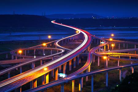 ciężarówka: Autostrada w nocy z samochodów światła na Tajwanie