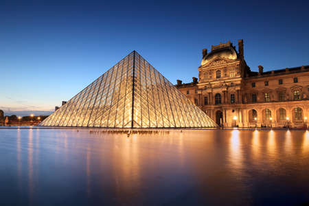 night scene of the Louvre Museum in Paris