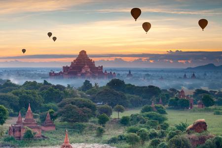 바간, 미얀마에서 고 대 탑의 아름 다운 일출 장면