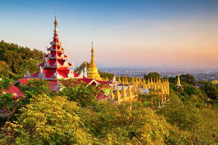 la colina de Mandalay al atardecer, Myanmar