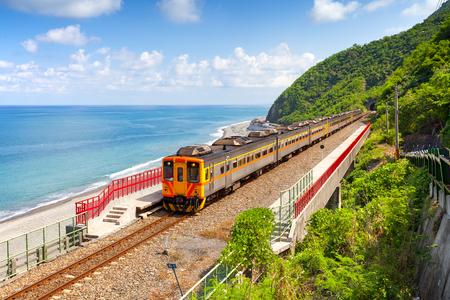 Tren que se acerca a la estación de Duoliang en Taitung, Taiwán