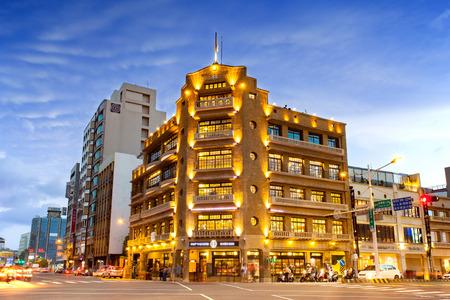 Escena nocturna de los grandes almacenes de Hayashi en Tainan. Editorial