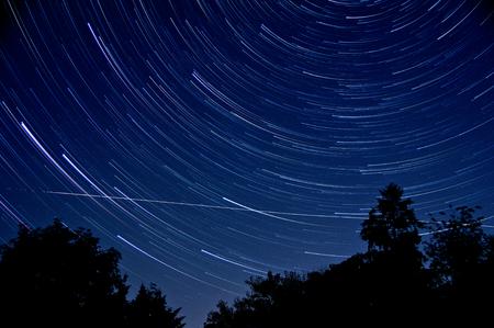 夜間の長時間露光は、長い星の軌跡を与えられました。