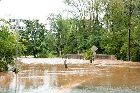 ハリケーン洪水は、大きなダメージを与えます。