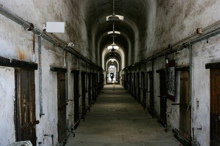 古い歴史的な刑務所廊下。 写真素材