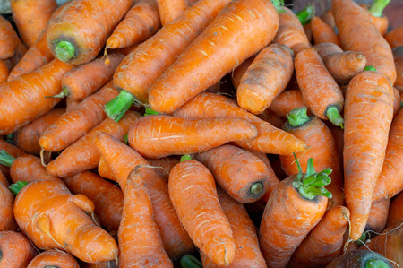 Fresh carrots at the local fresh vegetable markets. Banque d'images - 119831589