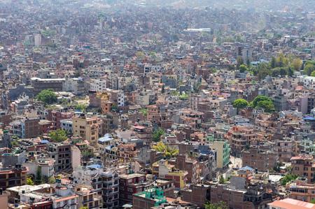 Una vista de ángulo alto de la densidad de población del centro de Katmandú, Nepal.