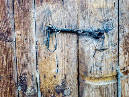 A Rustic Wrought Iron Door Latch on an old wooden door. Imagens