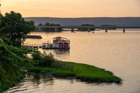 Harrisburg, Pennsylvania - July 18, 2020: The Pride of the Susquehanna Paddle Boat at Sunset in Harrisburg. Imagens