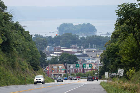 Colombia, Pennsylvania - July 31, 2020: Traffic on the road above Colombia with the Susquehanna River in the background. Imagens