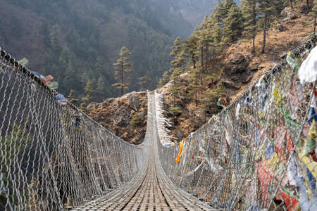 The historic Tenzing Hillary suspension bridge on the trail to Mount Everest. 免版税图像