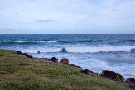 A relaxing evening by the sea with the breaking waves. 免版税图像